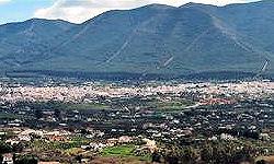 Alhaurín el Grande ligt tegen de Sierra de Mijas en in het hart van de Gualdahorce Vallei. Het is een groot en levendig dorp met 22.000 inwoners waarvan 15 procent uit het buitenland afkomstig is. Gelukkig heeft het dorp haar Spaanse karakter behouden. Het ligt op 239 meter boven zeeniveau.